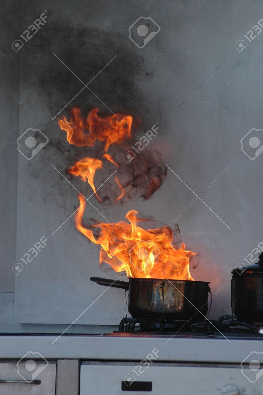 Les Flammes De L Huile Brulante Sur Un Poele De La Cuisine Banque D Images Et Photos Libres De Droits Image 14915108