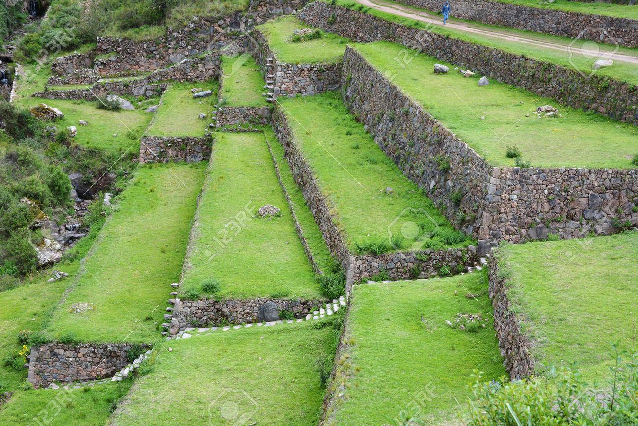 Cultivos En Terrazas En La Zona Arqueológica De Pisac Peru Pisac Se Encuentra En La Larga Cresta De Una Montaña De 3 000 Metros Con Vistas Al Extremo