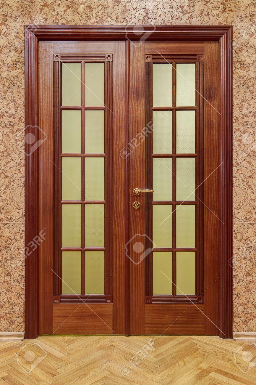 コルクの壁紙とフローリング ダブル木製ドア の写真素材 画像素材 Image