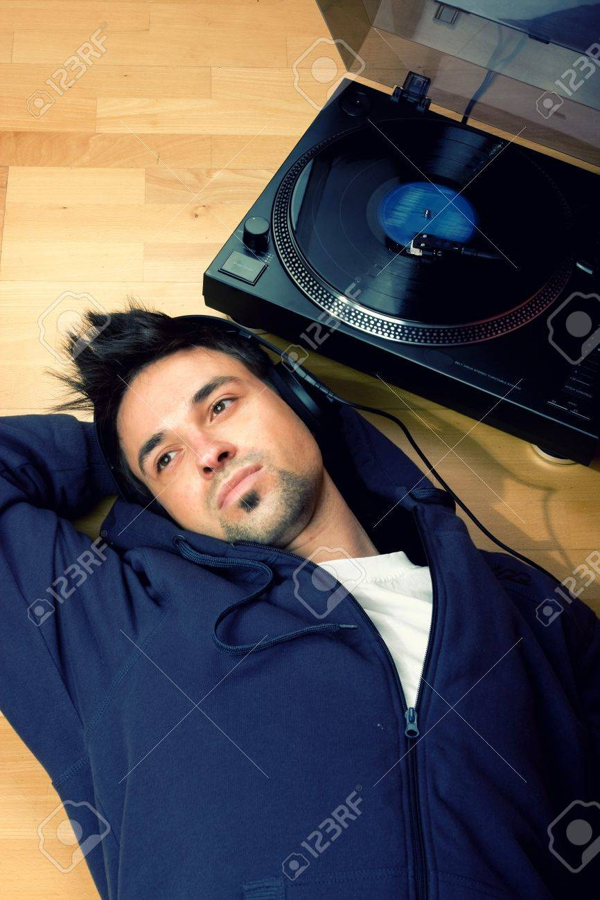 Antes fossem os meus audiófilos... - Página 3 4133821-Young-men-feeling-the-music-on-vinyl-player-Stock-Photo