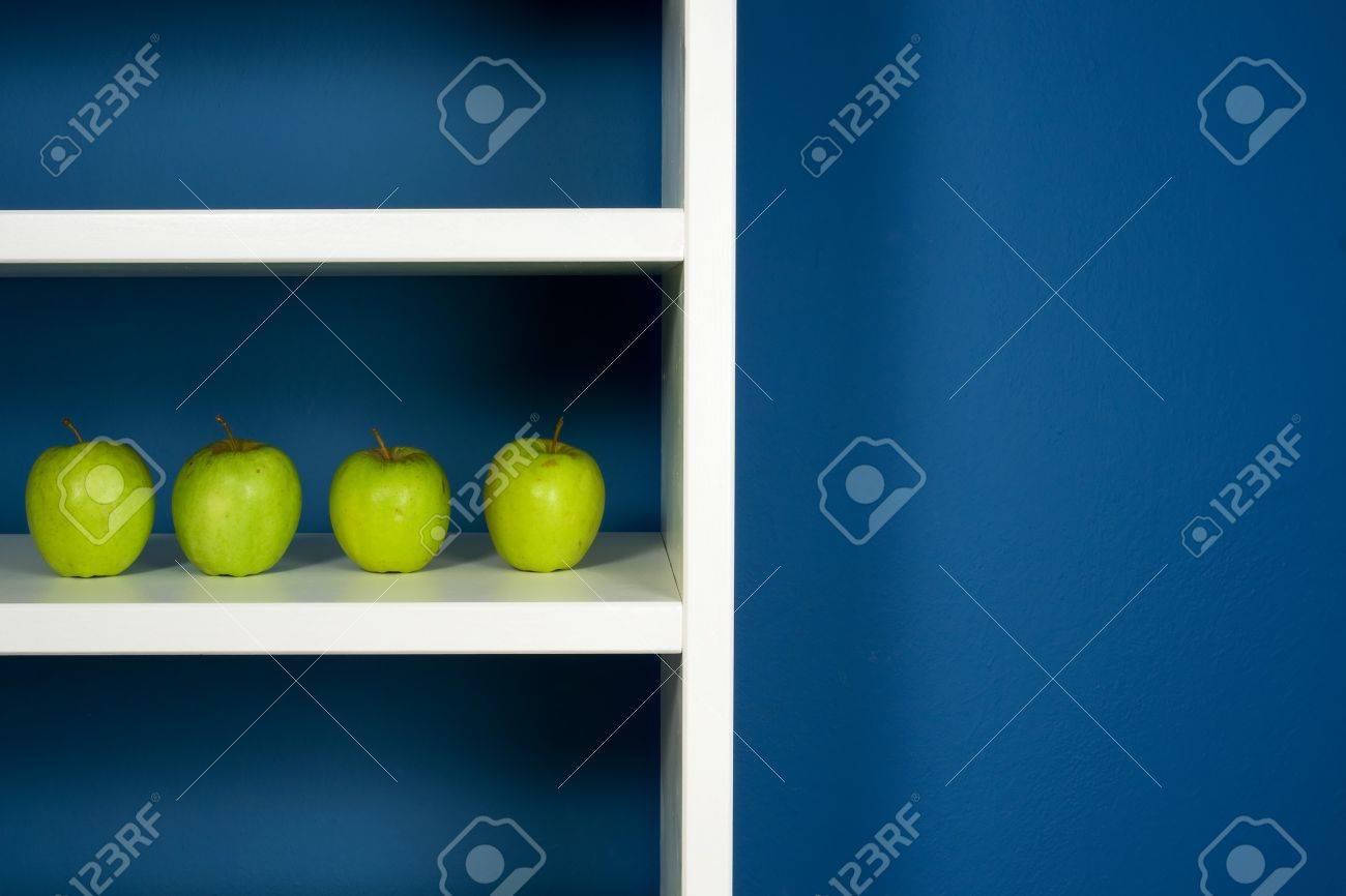 Pomme Verte Au Coeur De Bibliothèque Blanche Dans La Chambre Bleue ...