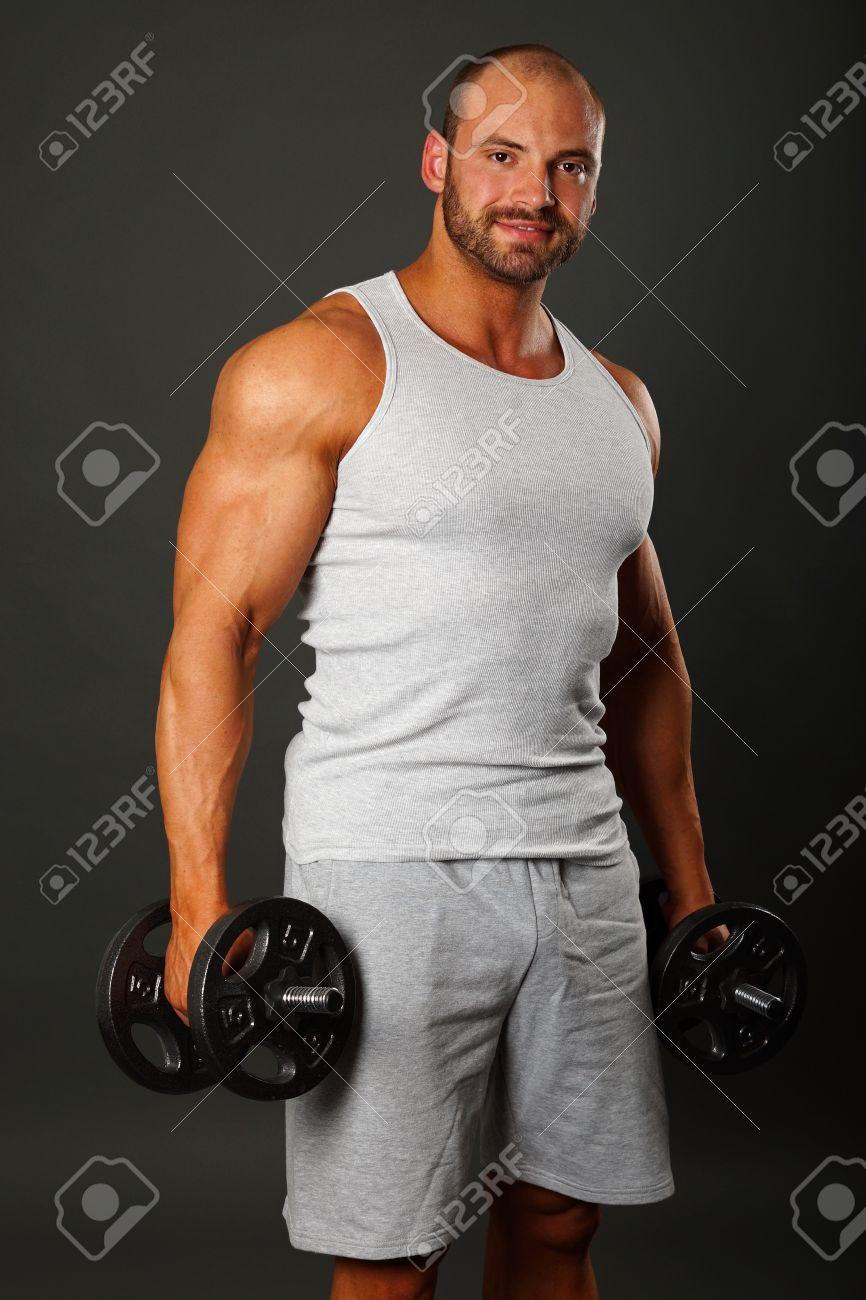 Jeune homme musclé gay