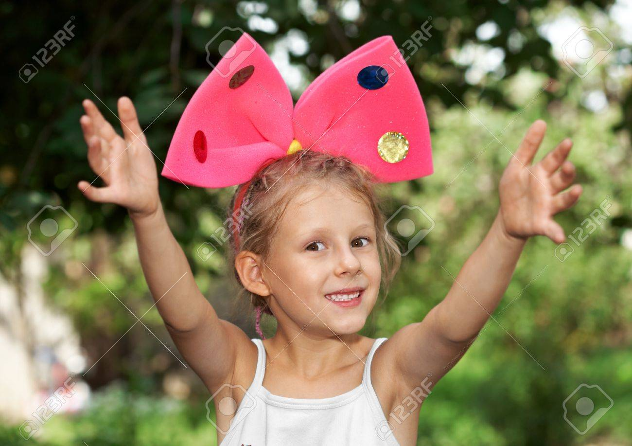 newest collection online here wholesale dealer La niña pequeña con el lazo rojo en la cabeza