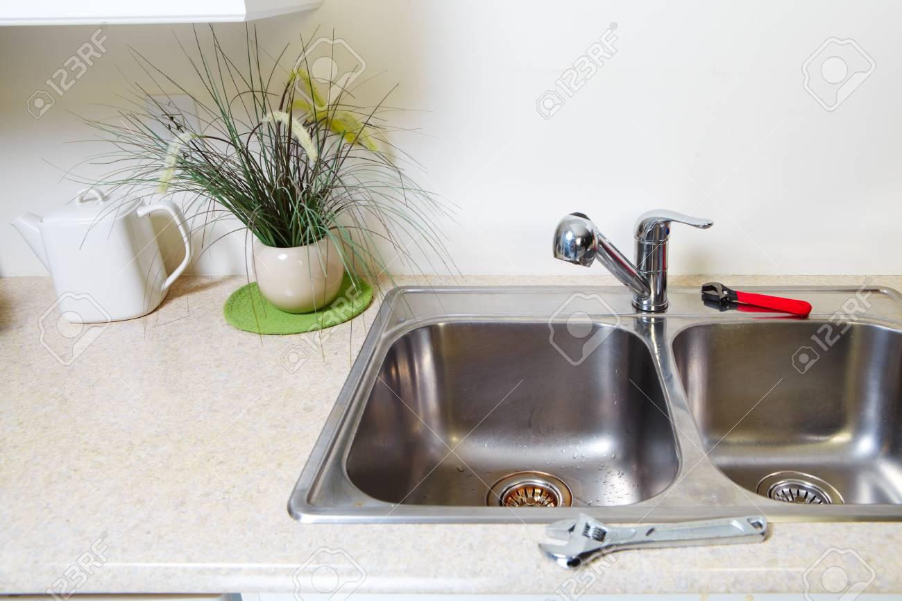 Küchenwasserhahn Und Waschbecken. Sanierung Und Klempnerarbeiten ...