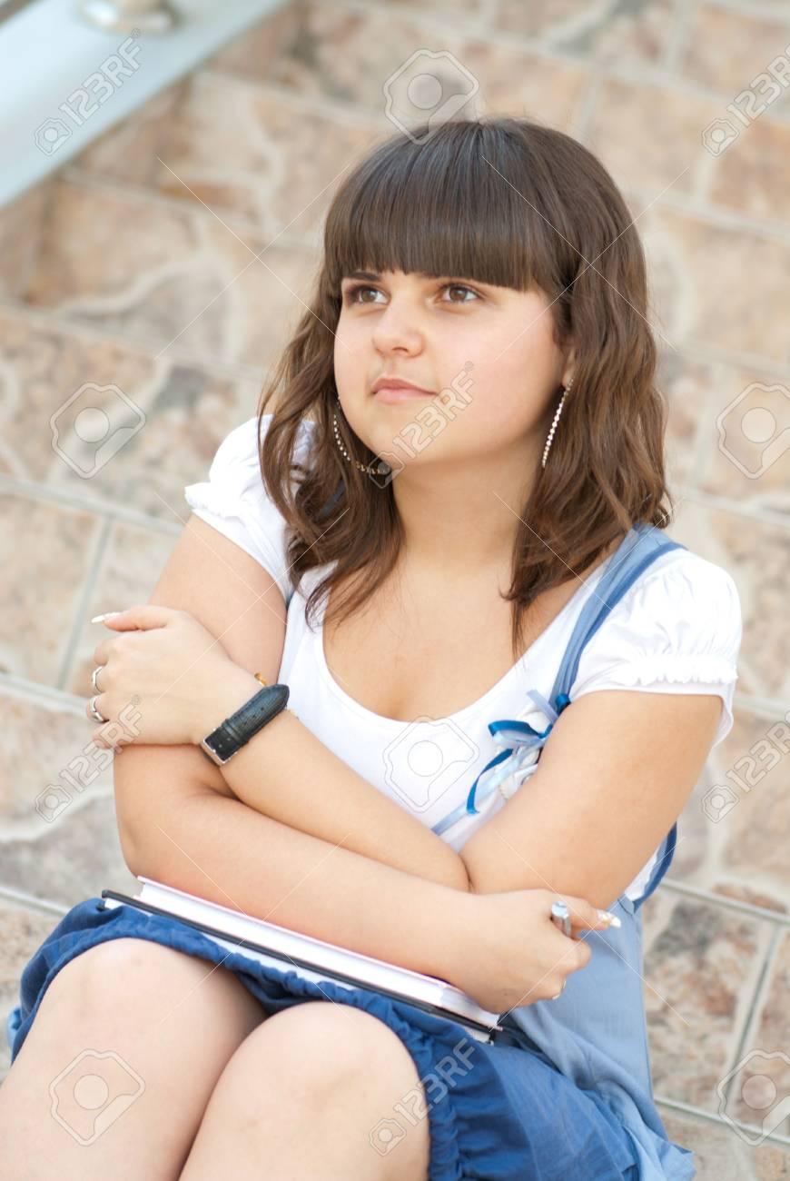 e9aeffe03 Colegiala Pretty está sentado en las escaleras