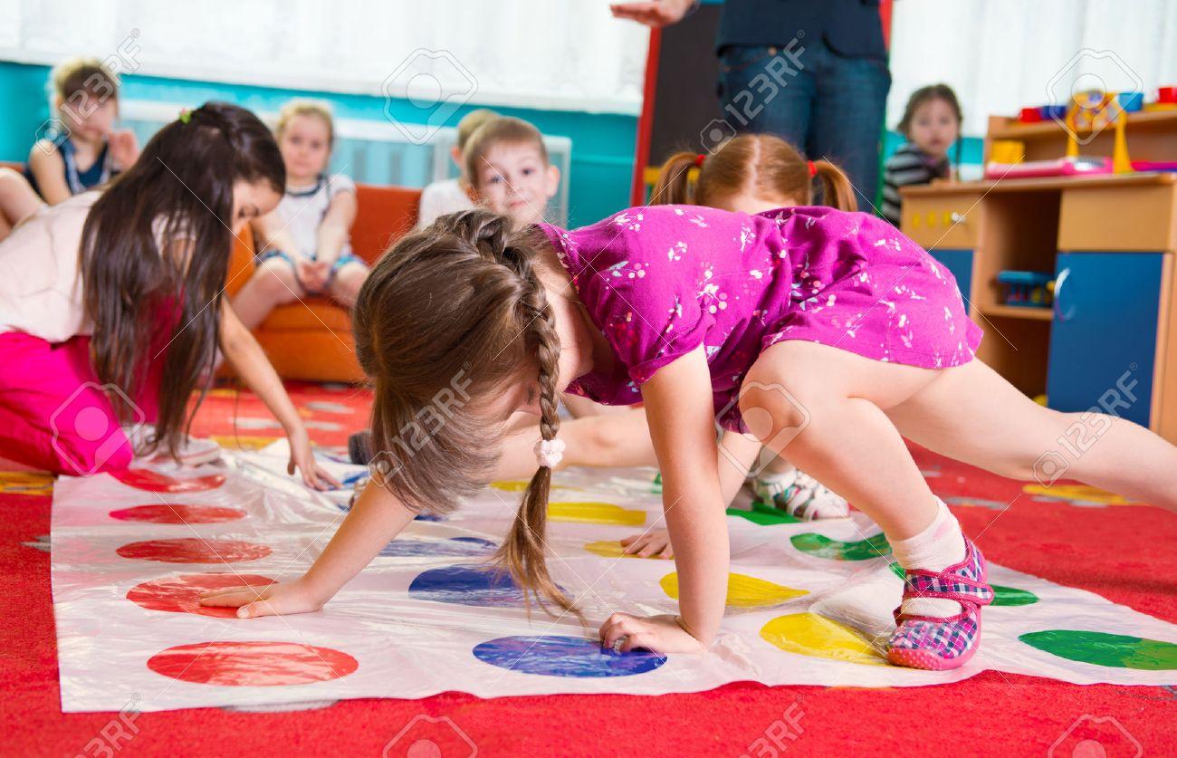 かわいい幼児の幼稚園でツイスター ゲームで遊んで の写真素材・画像 ...