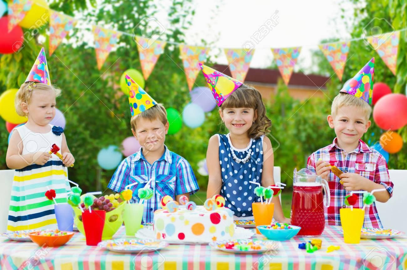 Fiesta De Cumpleaños Al Aire Libre Para Los Niños Pequeños Con Pastel De Colores Fotos Retratos Imágenes Y Fotografía De Archivo Libres De Derecho Image 30625682