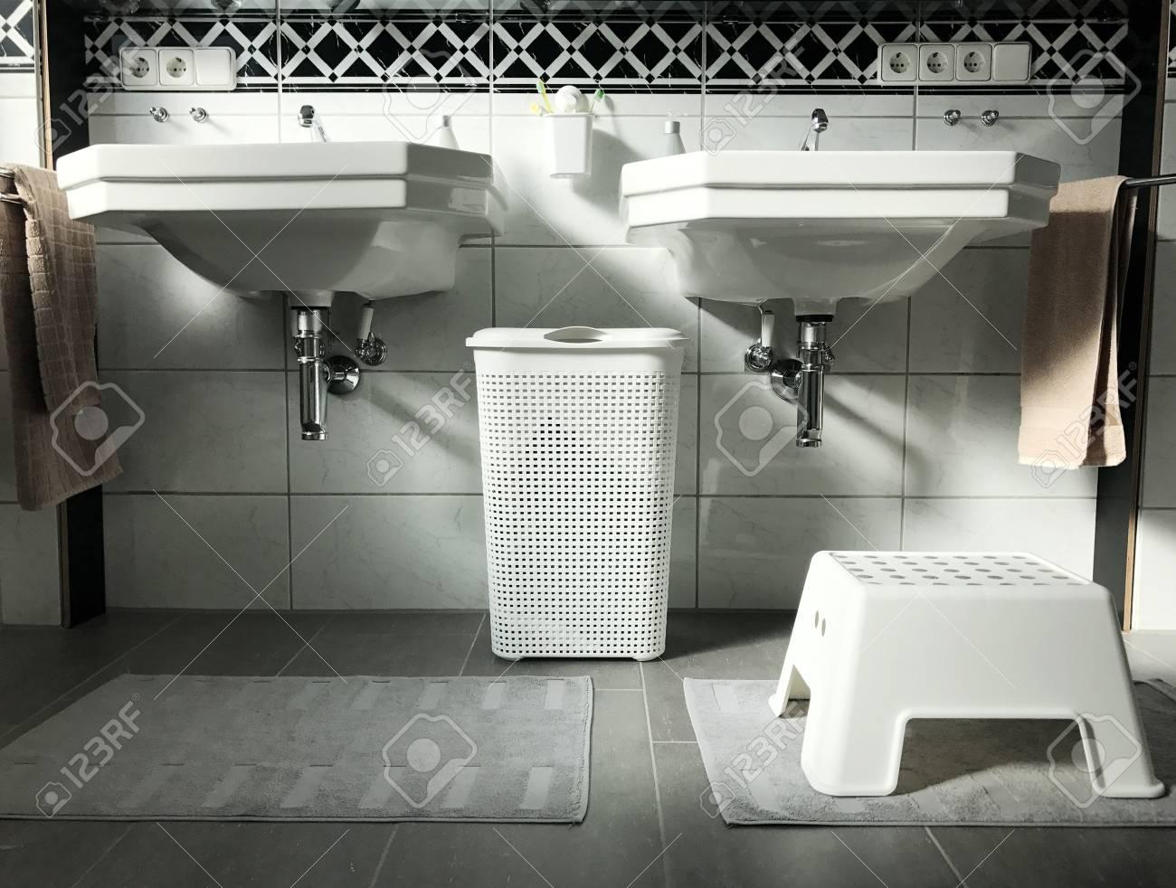 Sala Da Bagno Moderna : Interiore della stanza da bagno moderna in bianco e nero con due