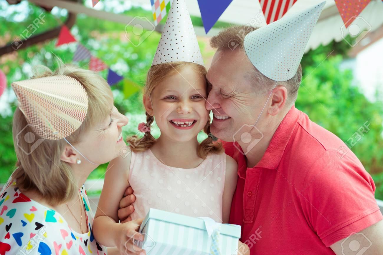 Retrato De Abuelos Felices Celebrando Cumpleaños Con Su Gran Nieta En La Terraza Antigua Decorado