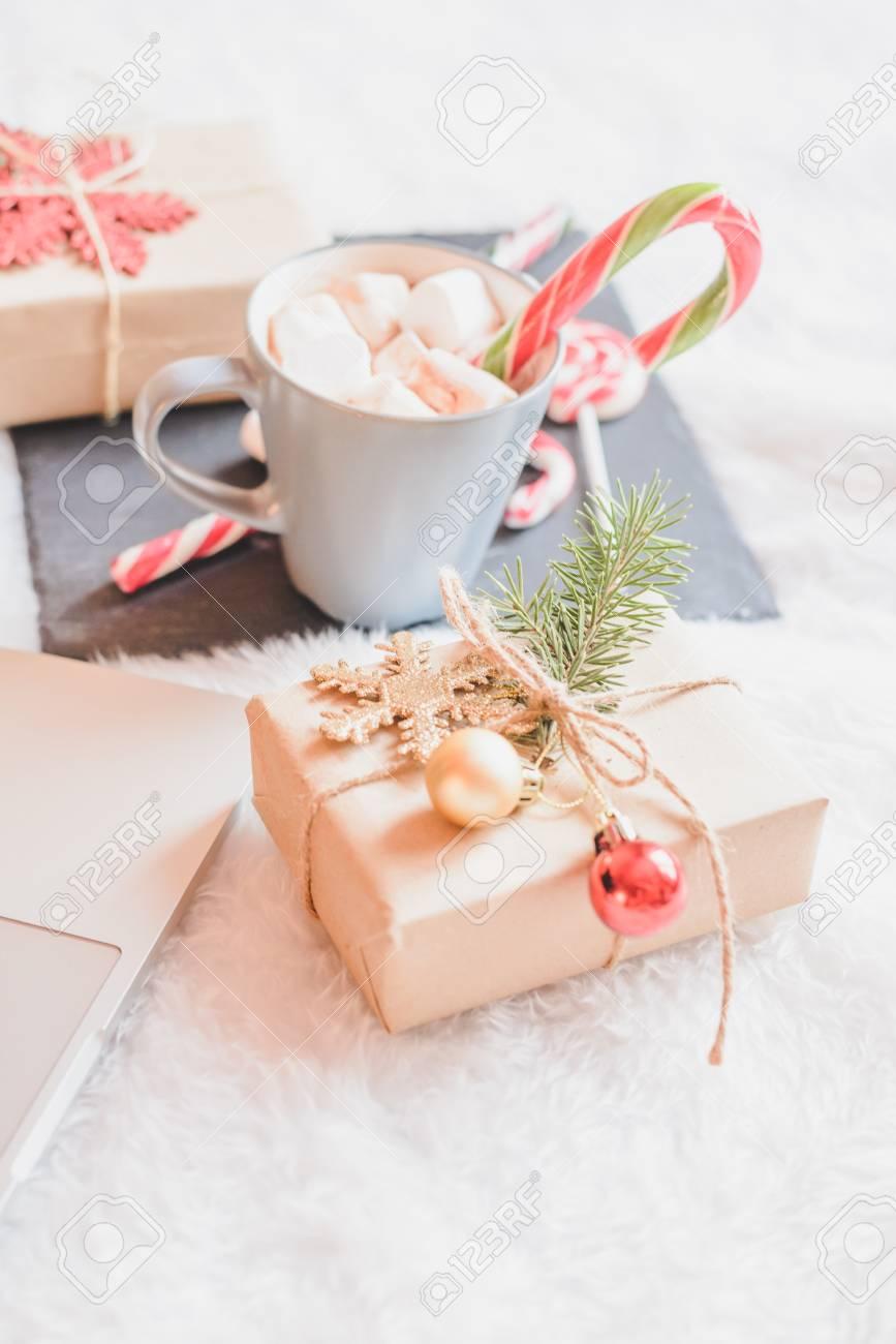 Weihnachten Online-Shopping-Draufsicht. Winterferien Verkäufe ...