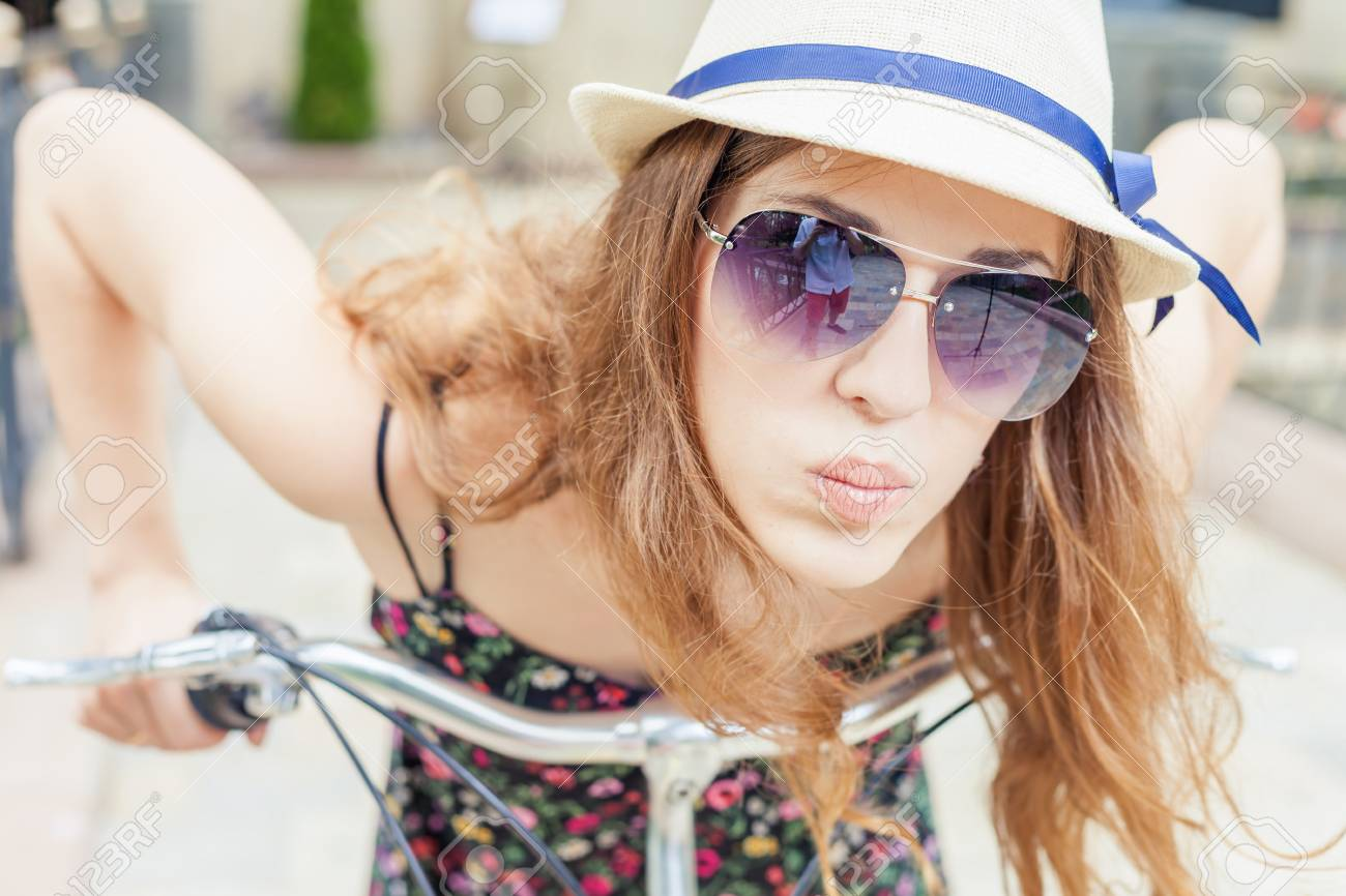 Closeup Mode Heureuse Femme Avec Des Lunettes De Soleil, Voyage à Paris En  Vélo De Ville, Elle A L air Incroyable, Ravi Et Profiter De Son Voyage Et  Regarde ... c0d711e6da2d