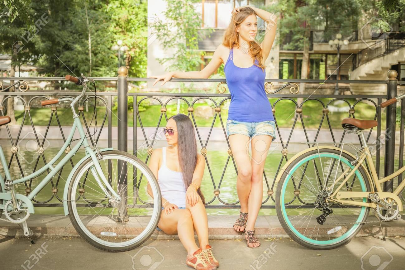 Descanso Vestidos Después Con Hermosas Un El La Viaje Ciudad Mujeres En Bicicleta Jóvenes Cortos Vendimia Pantalones Verano De UpzMqLVSG