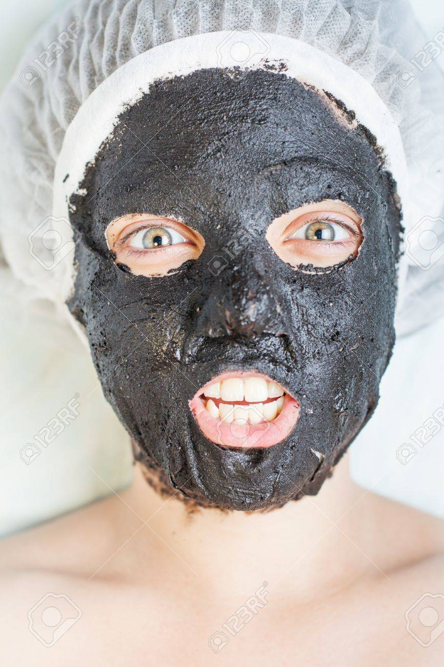 Woman in spa salon with black mud face mask, with bright emotions of crazy  woman, surprise or creative idea came! Concept of beauty, healthy therapy,  ...