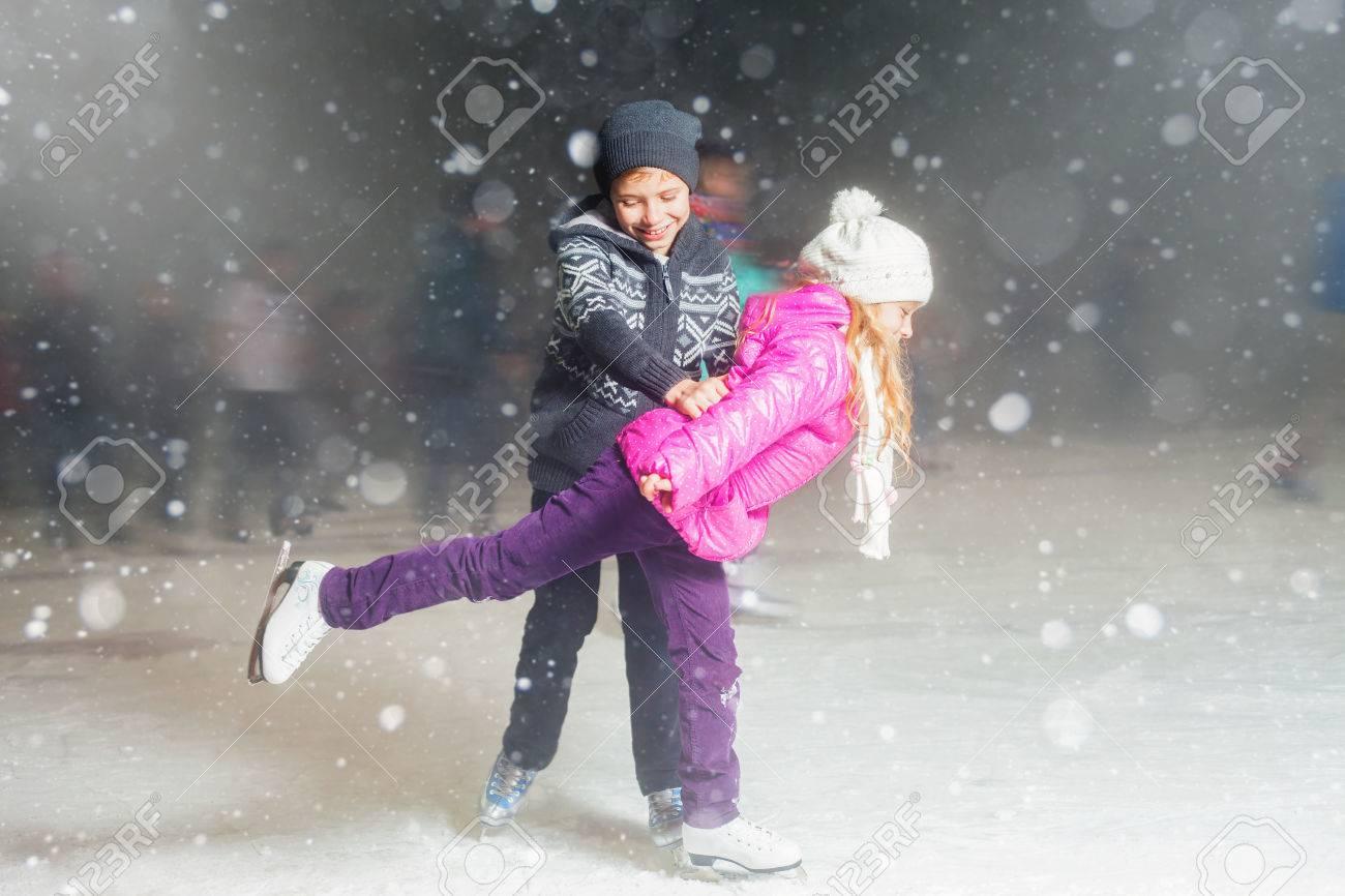 Niños Felices Del Patinaje De Hielo En La Pista De Patinaje Sobre ...