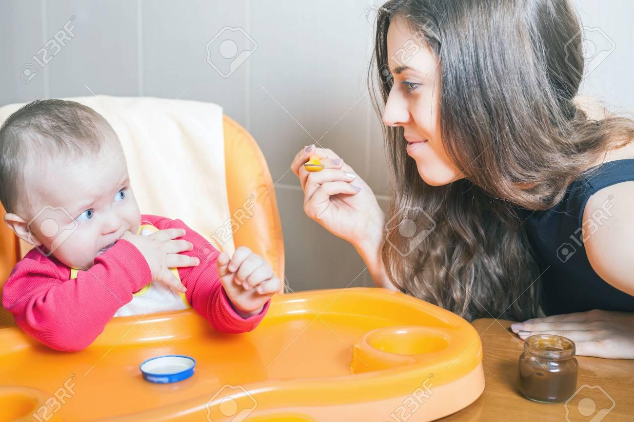 Haute À La Chaise Et Maman Table Nourrit Saine Pour BébéNourriture De Bébé Purée Assis NaturelleLégumesBrocolisEnfant Sur XZOPkuiT