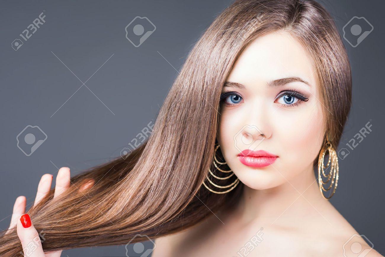 peinado de moda mujer hermosa con el pelo largo y recto barbera champ