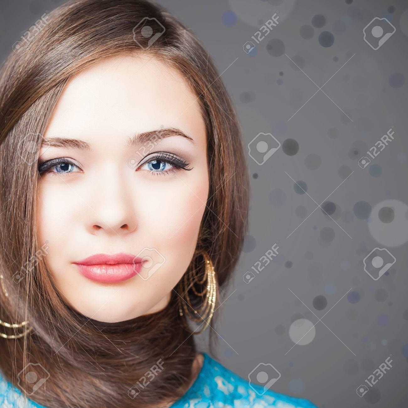 Peinado De Moda Mujer Hermosa Con El Pelo Largo Y Recto Barberia