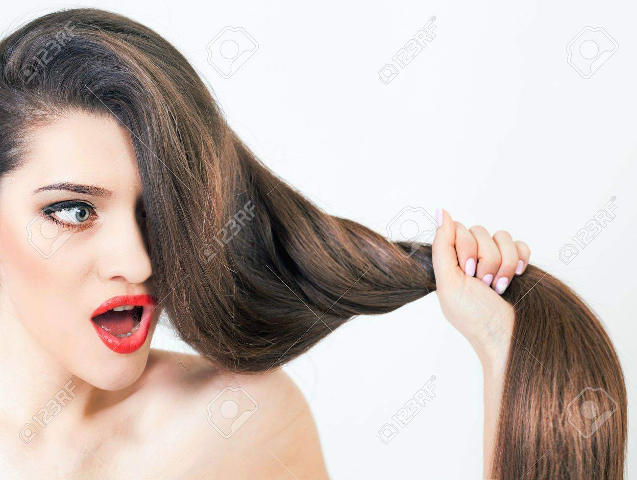 Gesunde starken lange Haare. Schöne Frau. Größer werden. Shampoo und  natürliche Kräuterbalsam. Schönheit und Mode. Frisur