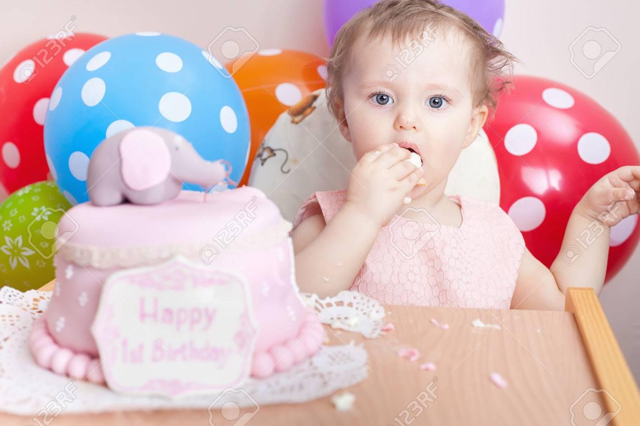 foto de archivo beb divertido celebra el primer cumpleaos y comer pastel nio con muchos globos decoracin en el hogar hacer un primer deseo deseo