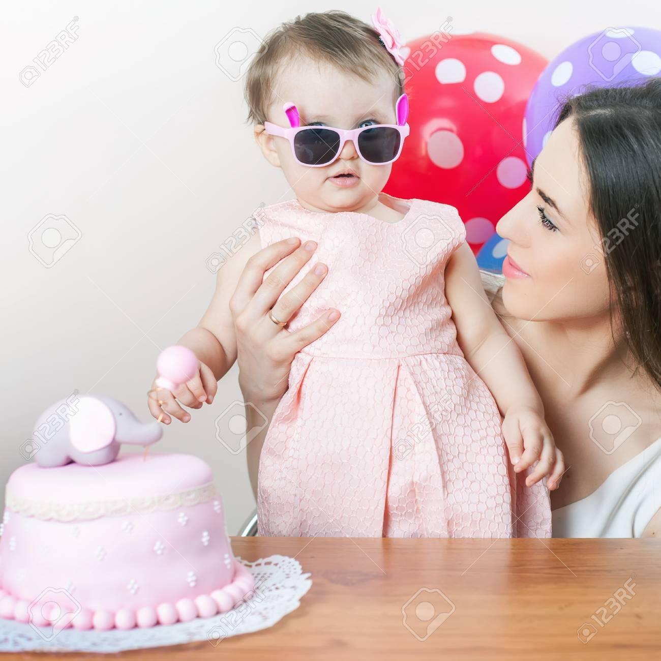 Sorprese Per Un Compleanno madre con bambino divertente festeggia il primo compleanno. la torta è  sorpresa per bambino. fai un primo desiderio. desiderio