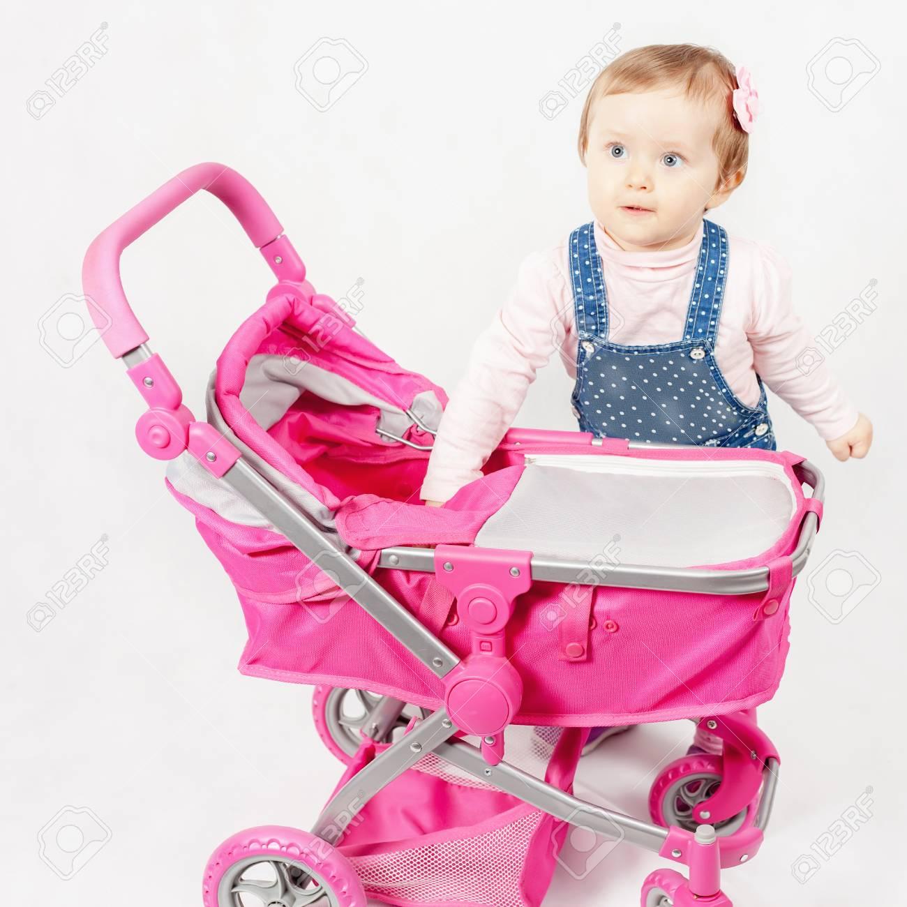 Cute Petite Fille Jouant Avec La Poussette De Bébé. Landau. Le