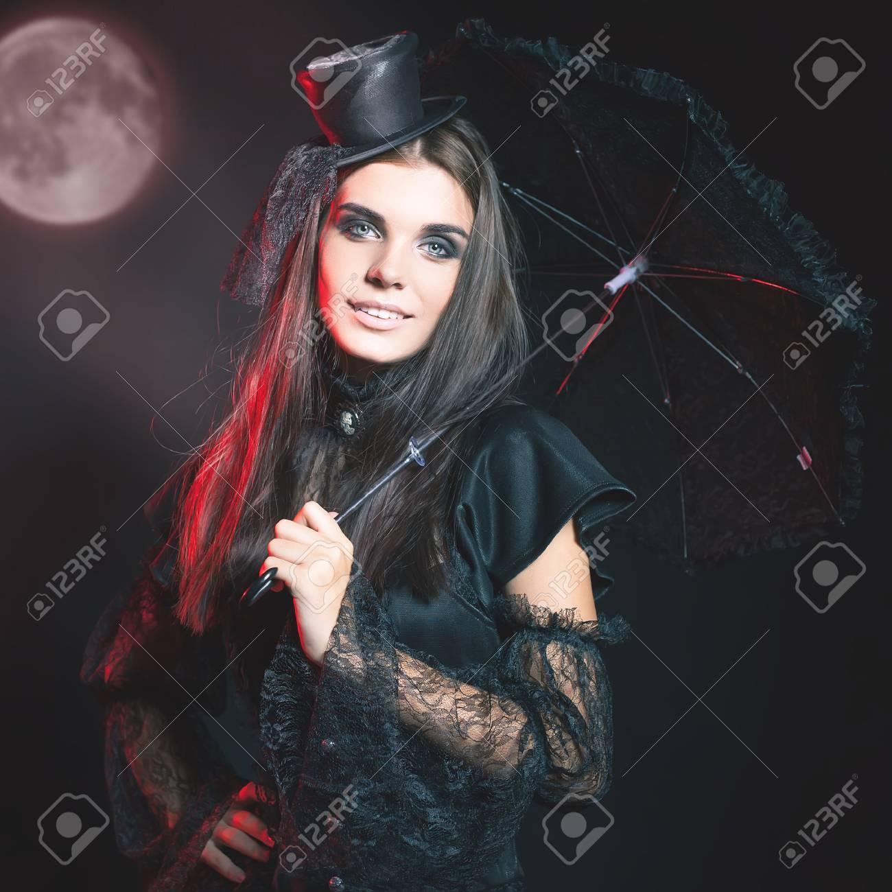 d24a66afe7ce Moda giovane donna che va Halloween party 2016! Bella donna come bambola  con ombrello e cappello. Luna, cimitero spaventoso. costumi di Hallowen