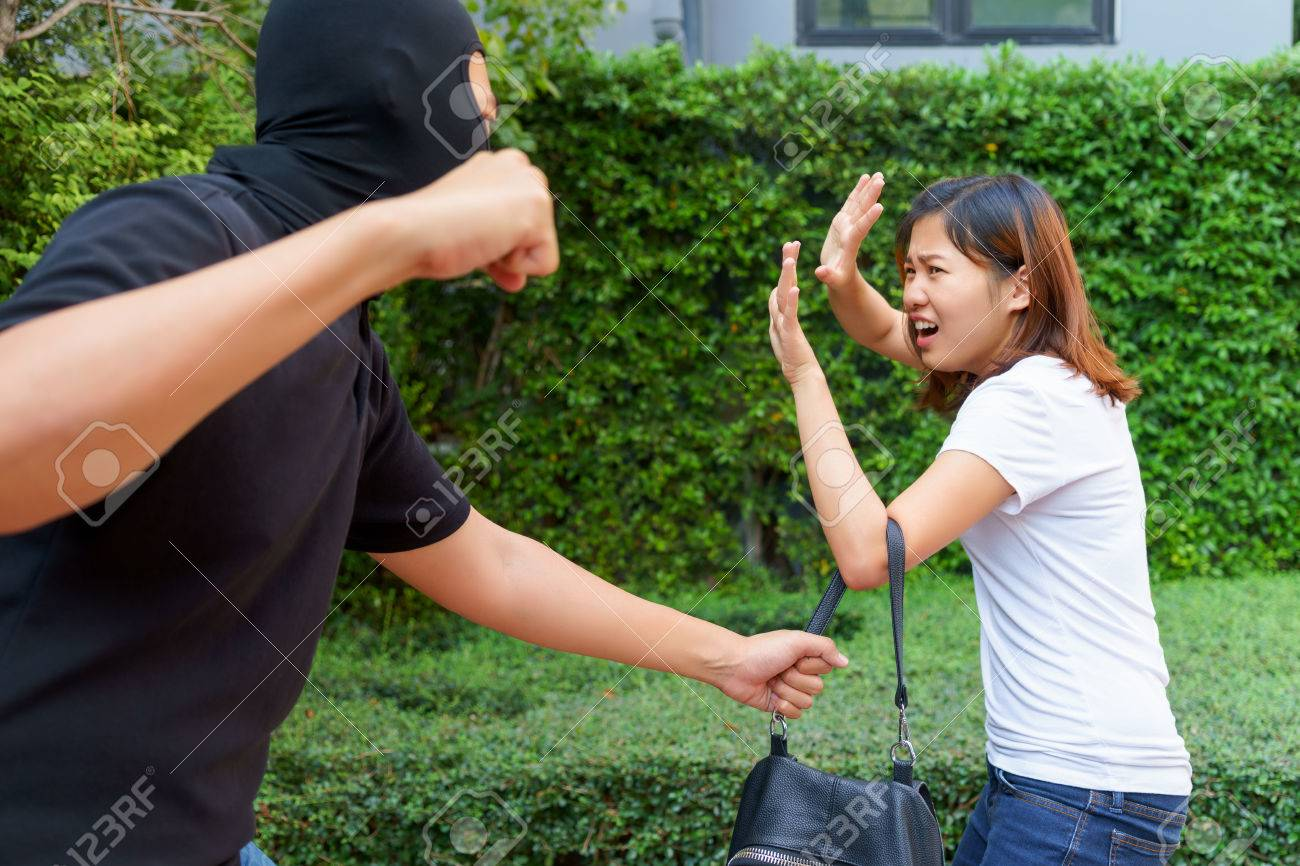 Asiatische Stehle thief fighting and stealing handbag from screaming