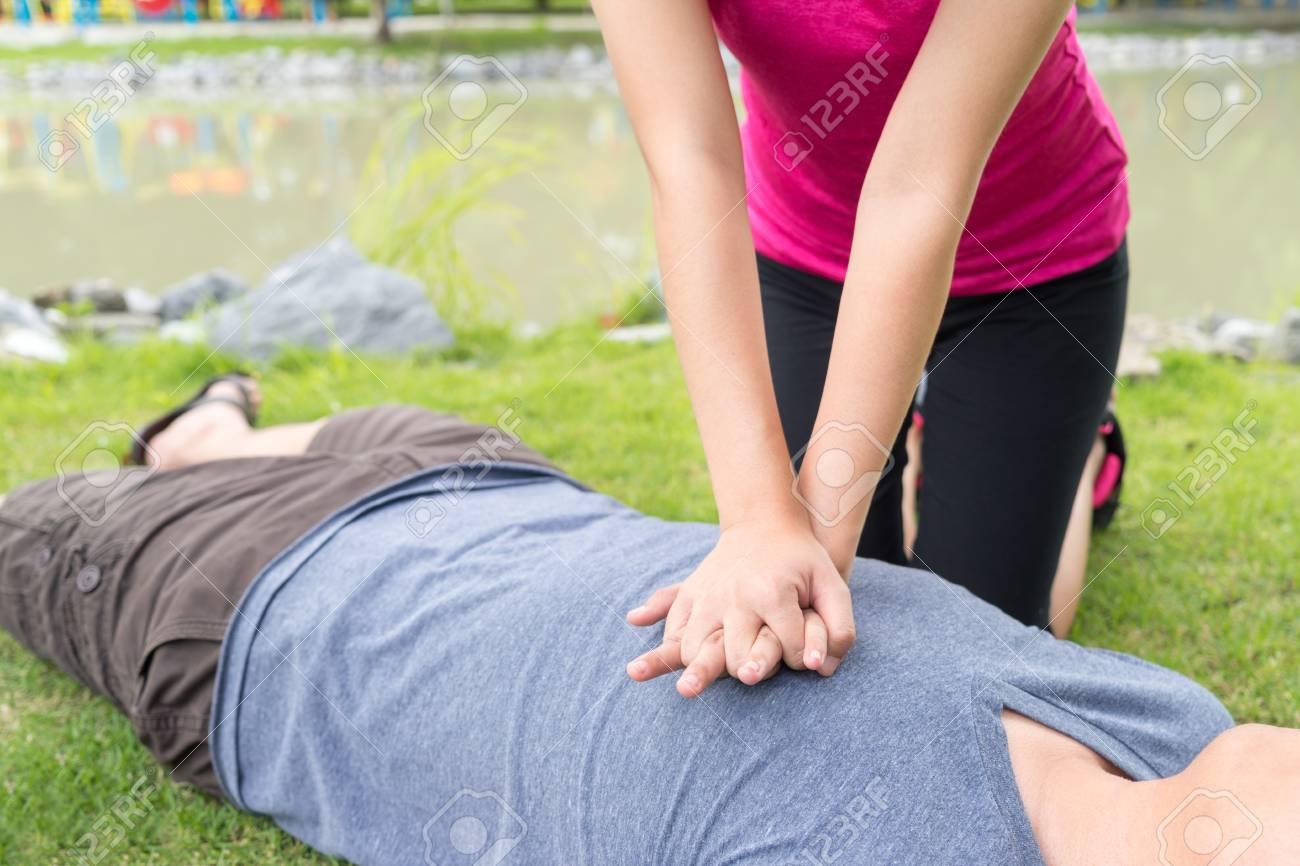 「胸骨圧迫 画像」の画像検索結果