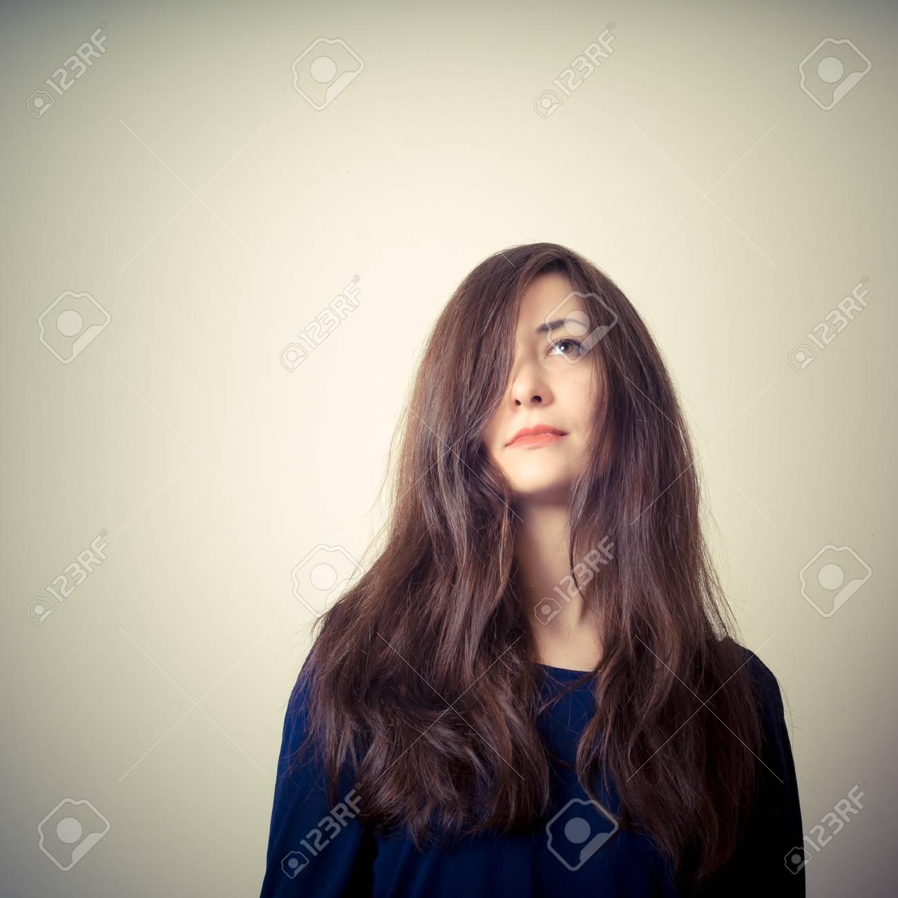 Femme Sérieuse Aux Cheveux Longs Sur Fond Dégradé Banque D Images Et