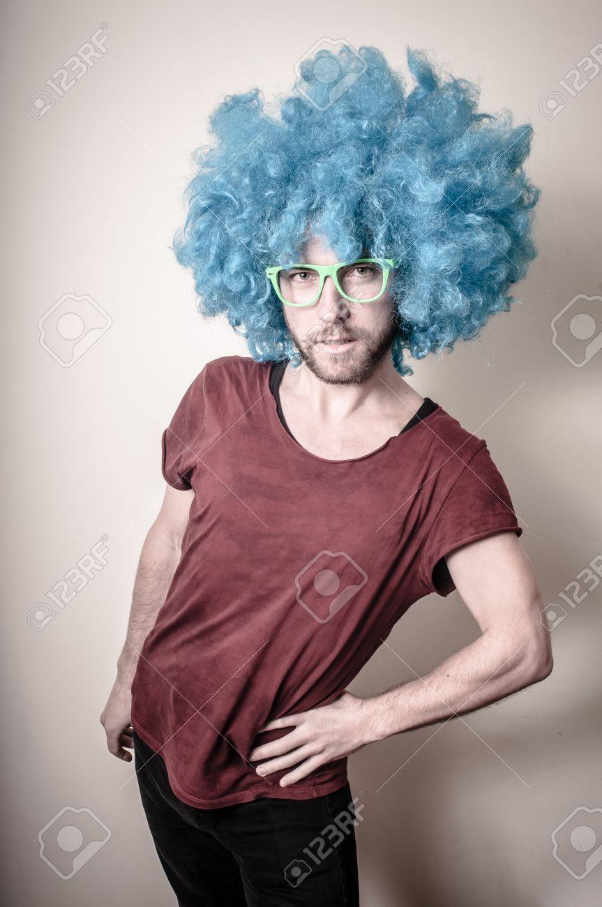 Hippie chic homme drôle avec perruque bleu