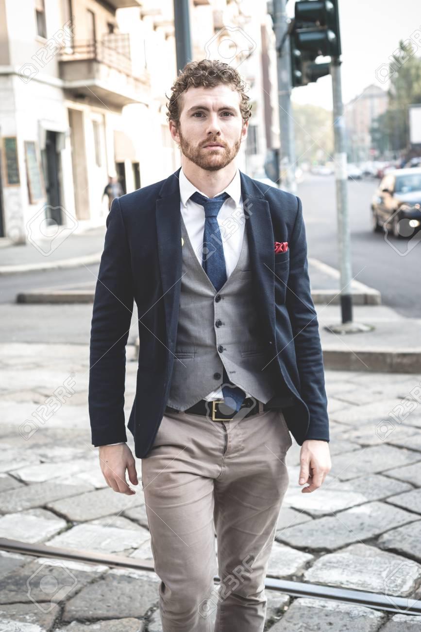 the latest 01b08 301e1 Elegante attraente moda hipster, uomo di vita in città