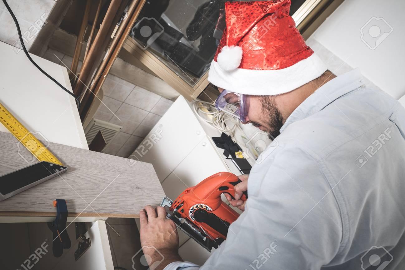 Bricolage Weihnachten Stilvoller Junger Mann Holz Sagen Zu Hause