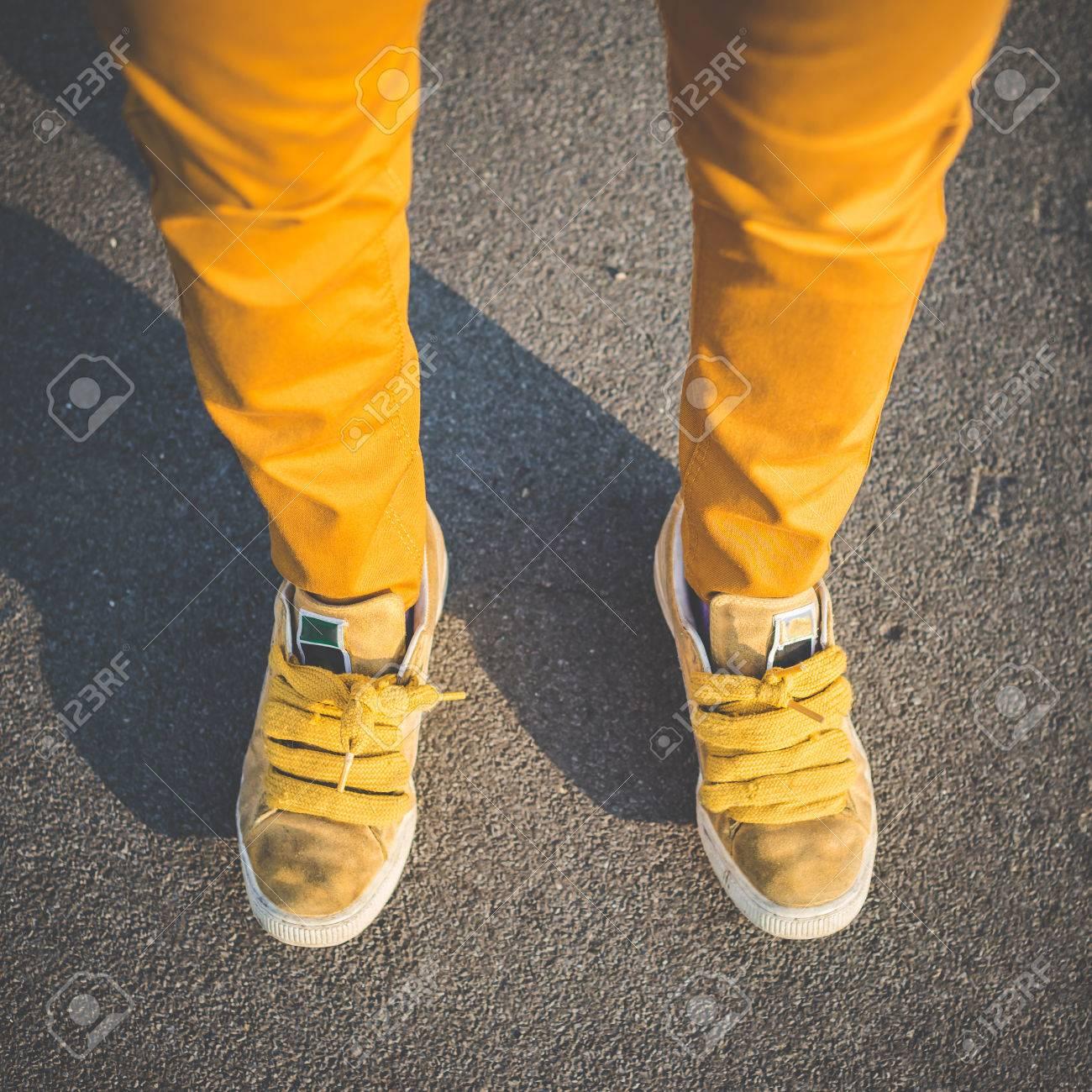 une autre chance luxuriant dans la conception profiter du prix le plus bas Vicino di scarpe gialle gambe di giovani bella donna pantaloni a vita bassa  in città