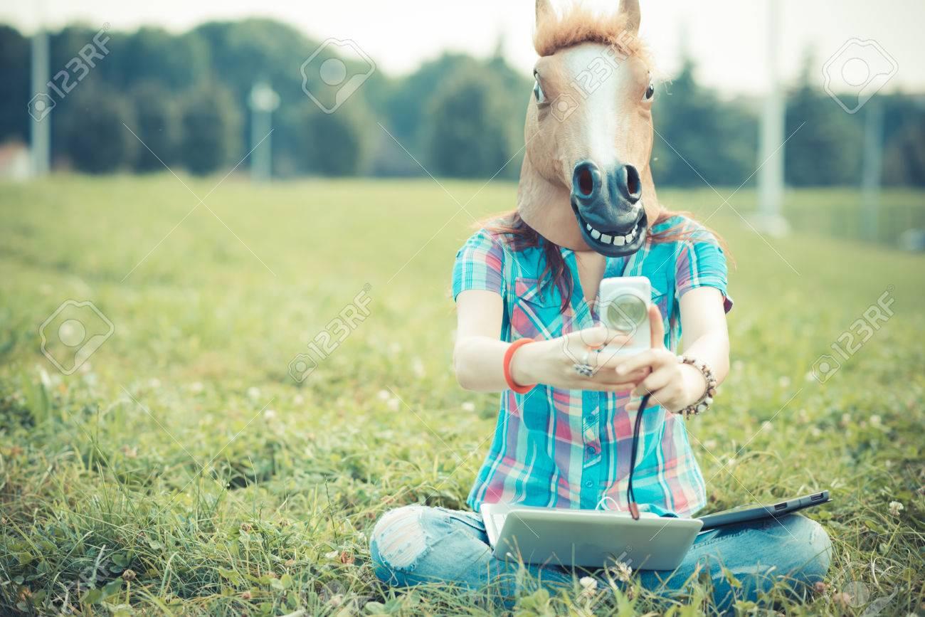 33748173-masque-de-cheval-femme-irr%C3%A9elle-hipster-utilisant-la-technologie-dans-le-parc.jpg