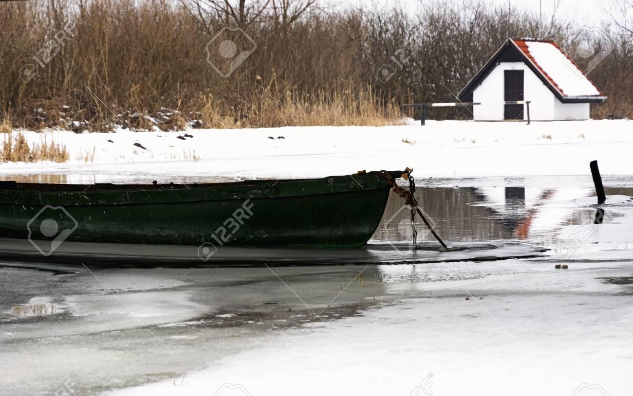 ハンガリー、ウィタータイムのザラ川の釣りボート の写真素材・画像 ...