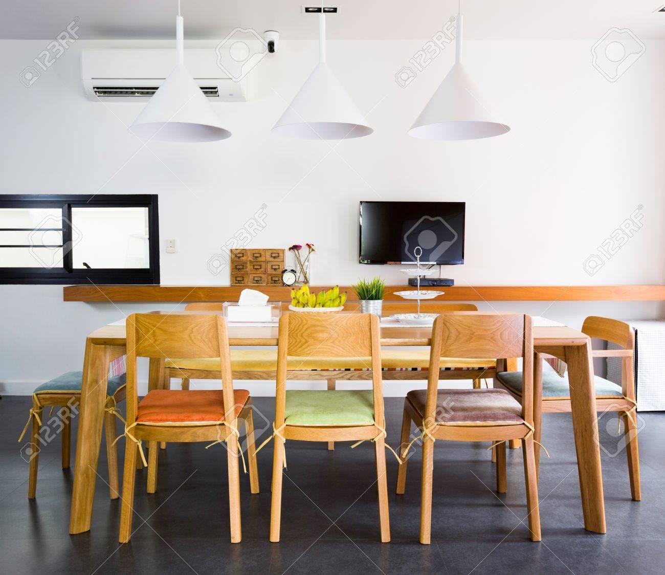 Comedor contemporáneo con mesas de madera y caracteres