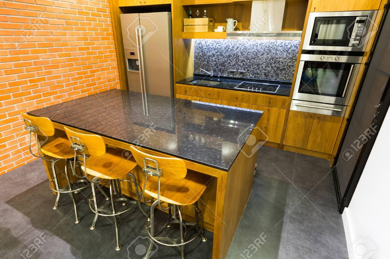 Stijlvolle Moderne Eigentijdse Keuken Met Kookeiland Bar, Stoel En ...