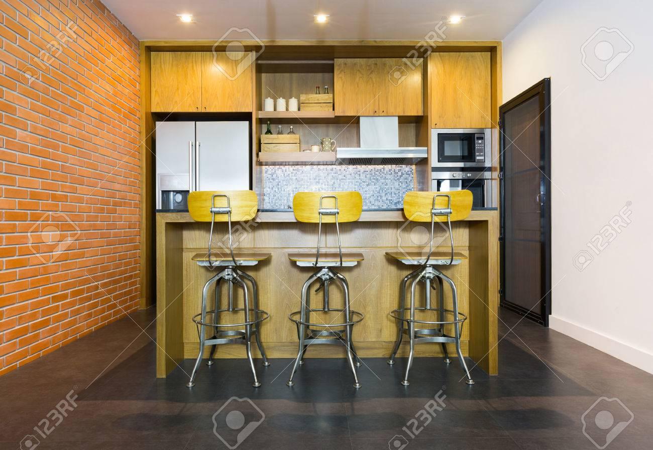 Stilvolle Moderne, Zeitgenössische Küche Mit Insel-Bar, Stuhl Und ...