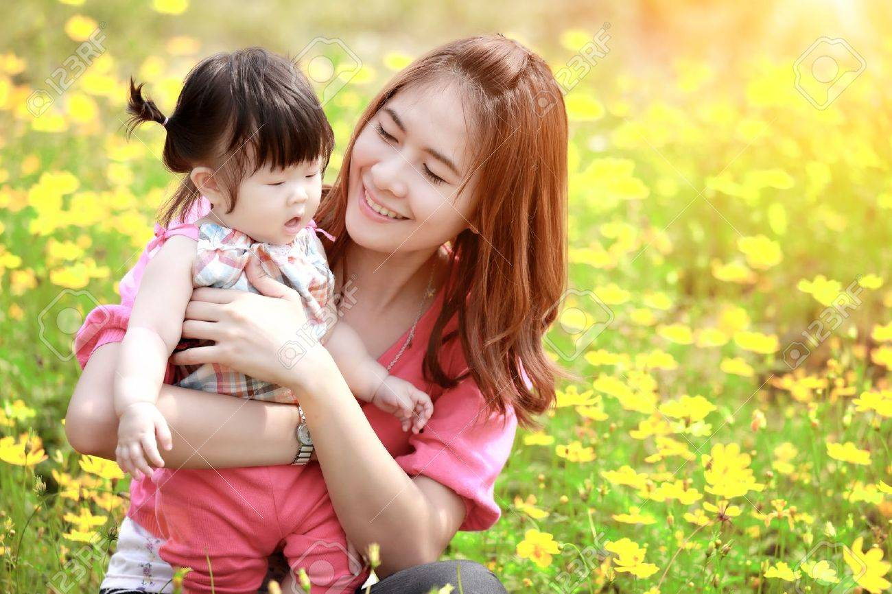 Mother and daughter in the park - 21613601
