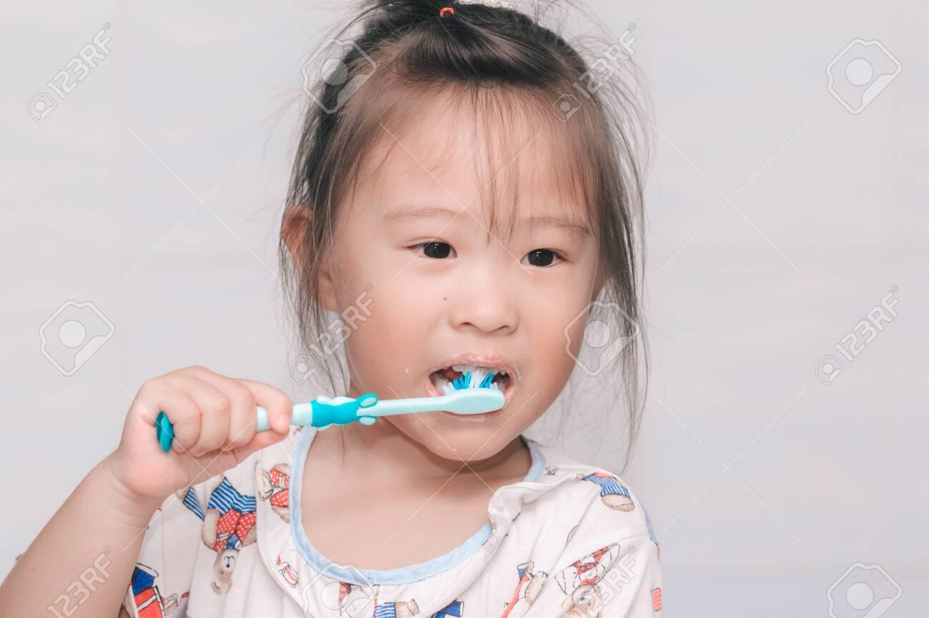 A girl brushing his teeth - 130217021