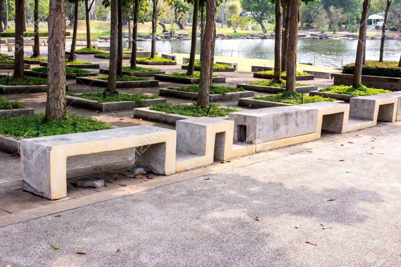 banc en pierre moderne dans le jardin au bord de la route, banc en béton,  banc en ciment