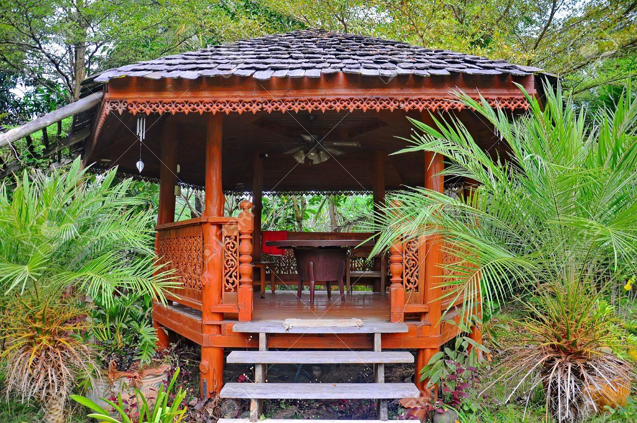 Bekannt Holz Pavillon Im Garten Auf Dem Grünen Rasen Lizenzfreie Fotos ZC64