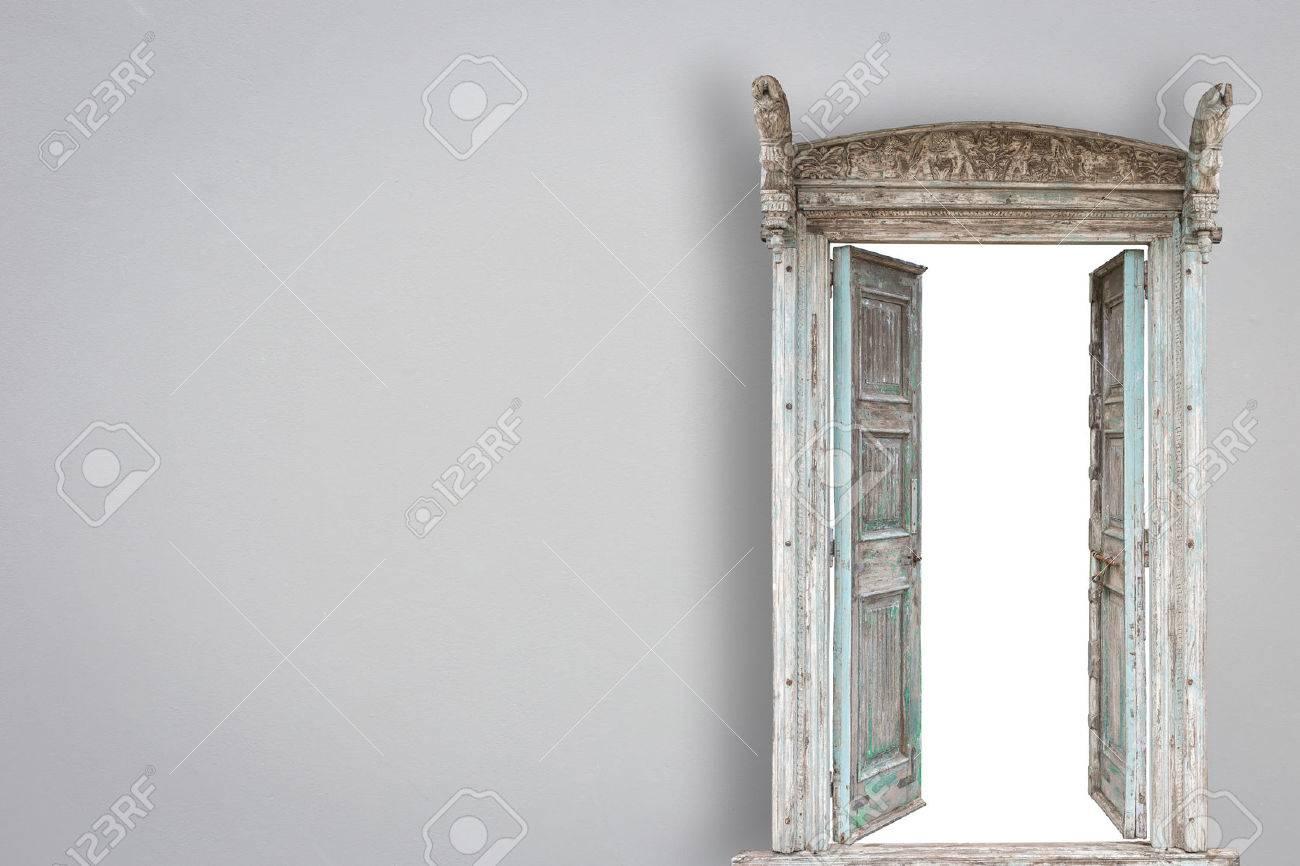 style rétro porte en bois gris sur gery mur de ciment de fond Banque d'images - 42582828