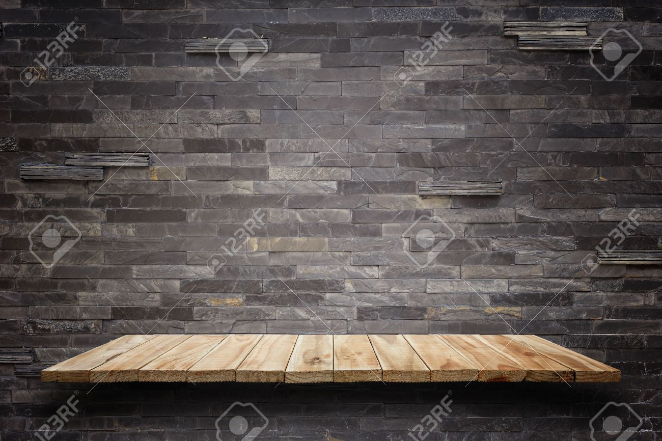 Top étagères en bois vides et mur de pierre de fond. Pour l'affichage des produits Banque d'images - 45860290