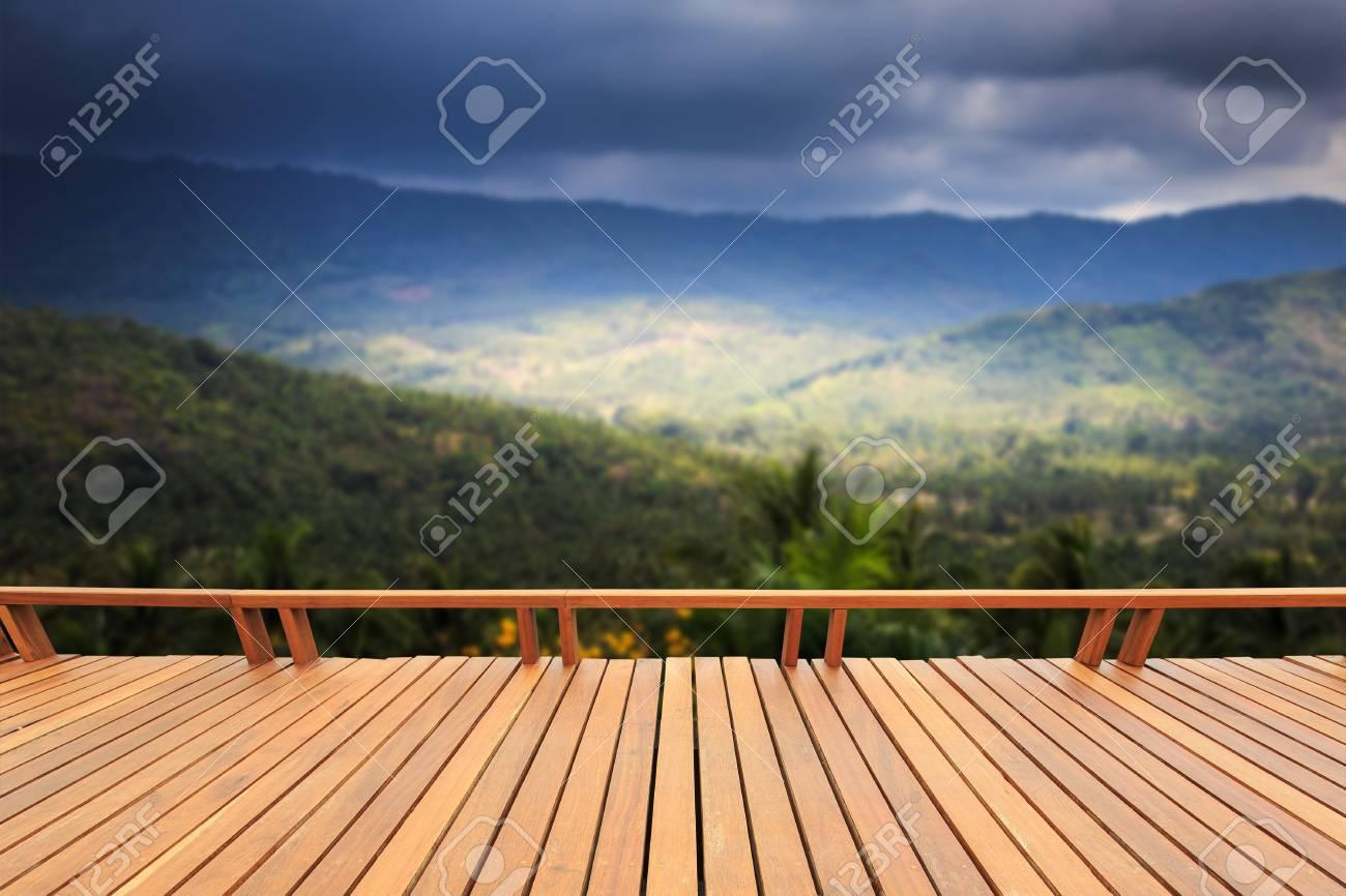Cierre De Terrazas De Madera O Pisos Y Vista De La Montaña