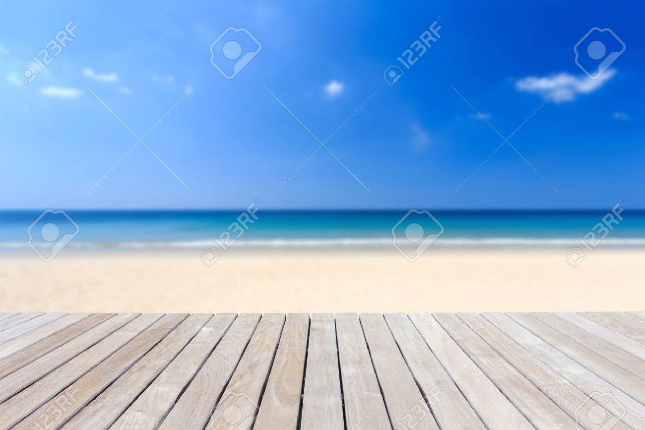 Close up wooden decking or flooring and tropical beach Banque d'images - 46065357