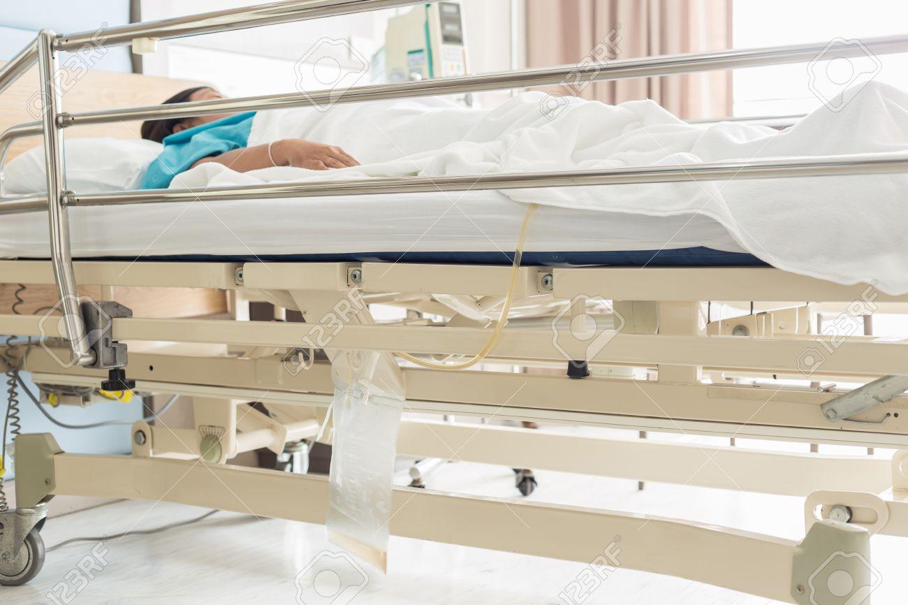 close up sac à urine en plastique transparent accrocher sur un lit