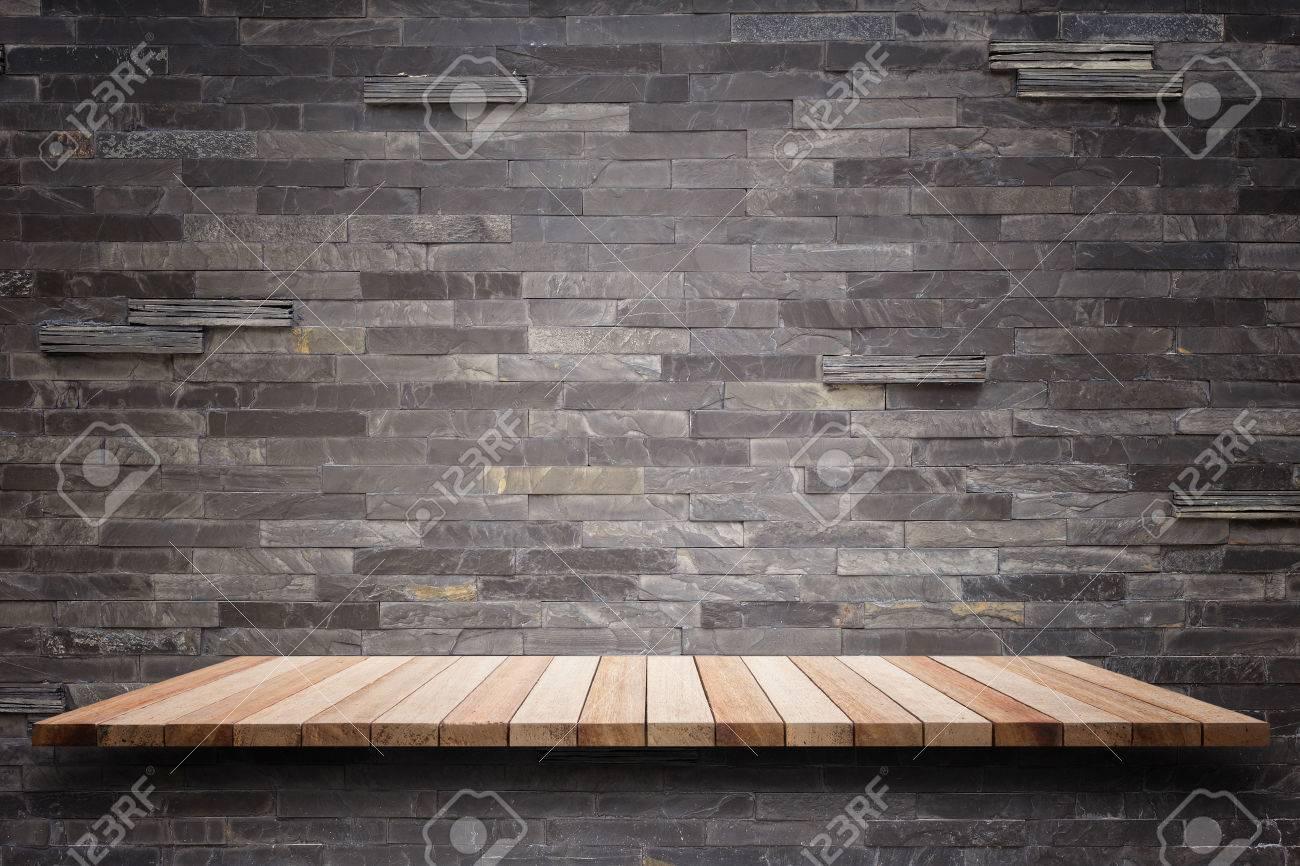 Top étagères en bois vides et mur de pierre de fond. Pour l'affichage des produits Banque d'images - 47639428