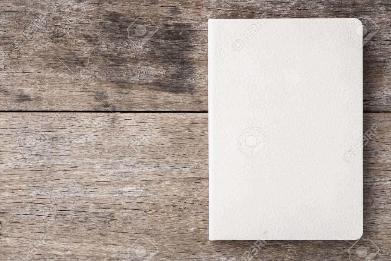 Vue du haut de livre blanc sur vieille planche fond en bois Banque d'images - 48848197