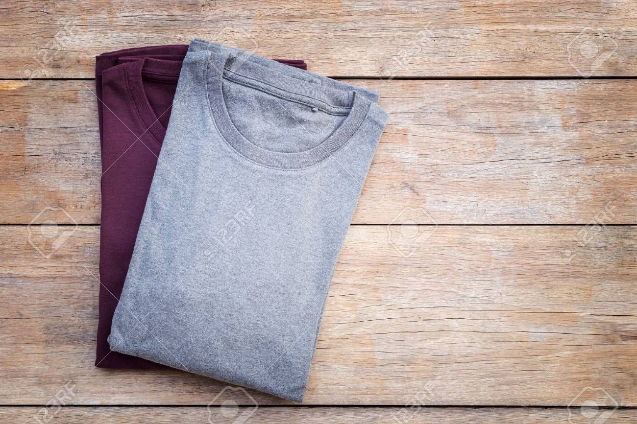 Top view of color T-Shirt on grey wood plank background Banque d'images - 49556997